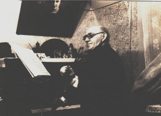 Иосиф Рафаилович Радвогин в своей квартире в Казани. 1960 год