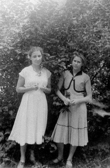 Нина Сохнова и Рая Елакова в Парке пионеров в 1957 году