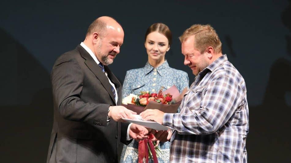 Премию Дмитрию Новикову (справа) вручает губернатор Игорь Орлов
