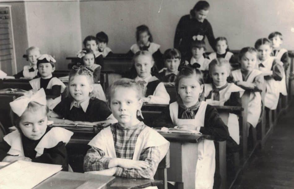 Наш класс с Марией Петровной Аникиной. Я на 4-й парте в черном фартучке,1951 год