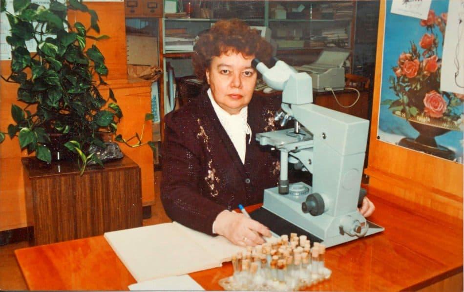 Людмила Родькина в лаборатории