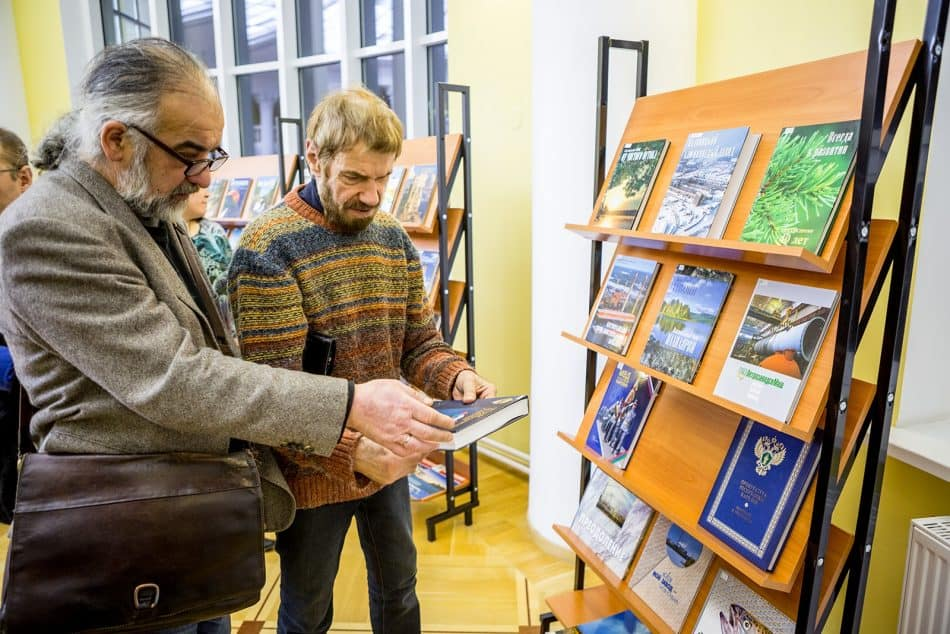 У стенда издательства художники Владимир Ваян (слева) и Виталий Наконечный. Фото: Илья Тимин