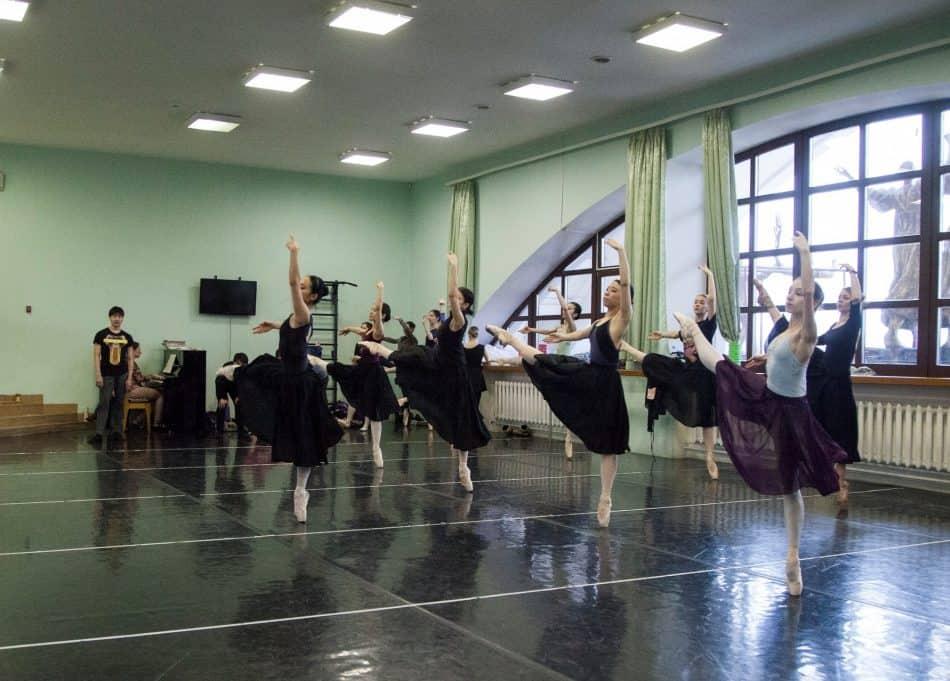 """На репетиции балета """"Тщетная предосторожность"""" в Музыкальном театре Карелии. Фото из группы: vk.com/mrteatr"""