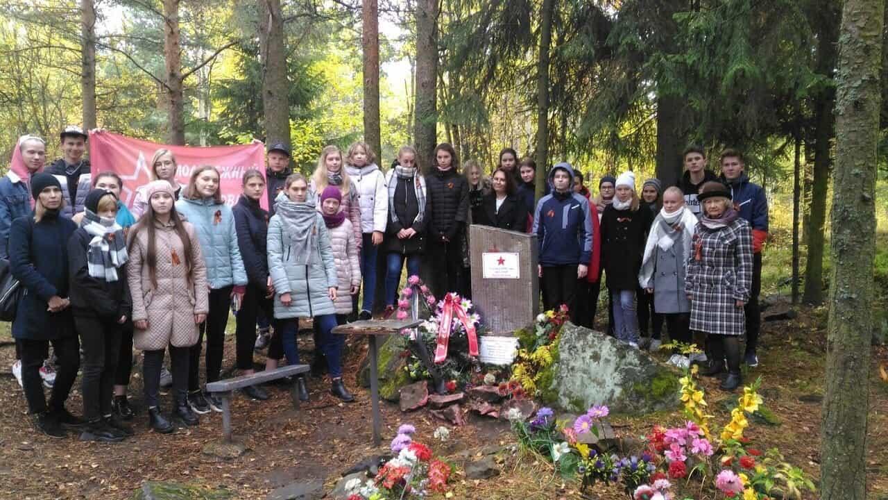 У памятника Яше Степанову. Фото из групп защитников Каменного Бора