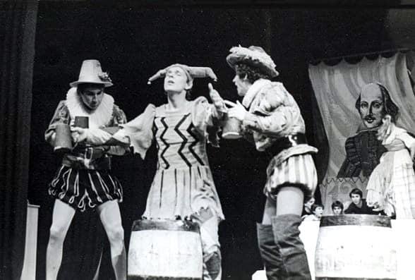 Народный театр «Монтес», сцена из спектакля «Двенадцатая ночь». Дворецкий в центре
