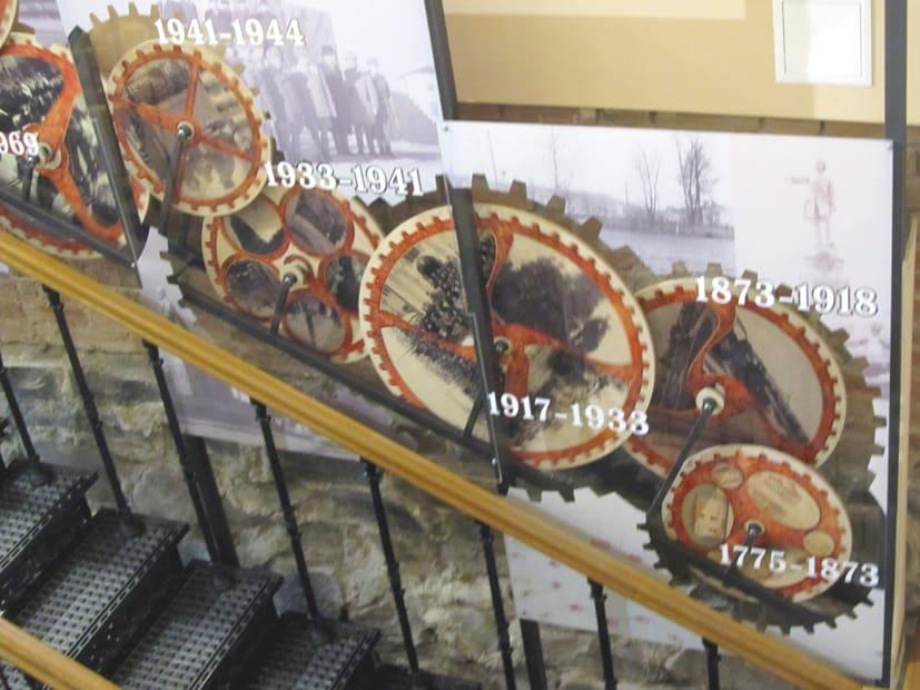По этой лестнице с часами посетители отправляются в путешествие по времени