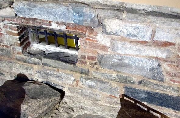 Ну прямо окно в историю! Старинная кладка стен