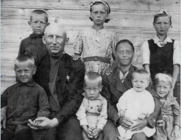 В первом ряду (слева направо): Сергей, папа Фёдор Григорьевич, Лёня, мама Анна Алексеевна, Витя, Тамара. Во втором ряду: я, Шура, Надя. 1941