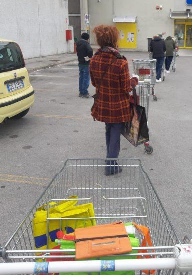 Лекко. Стоящие в очереди в супермаркет соблюдают расстояние между