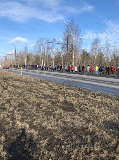 Петрозаводск, 9 марта 2020 года. Флешмоб «Обнять парк». Фото из группы vk.com/parkkamennyibor