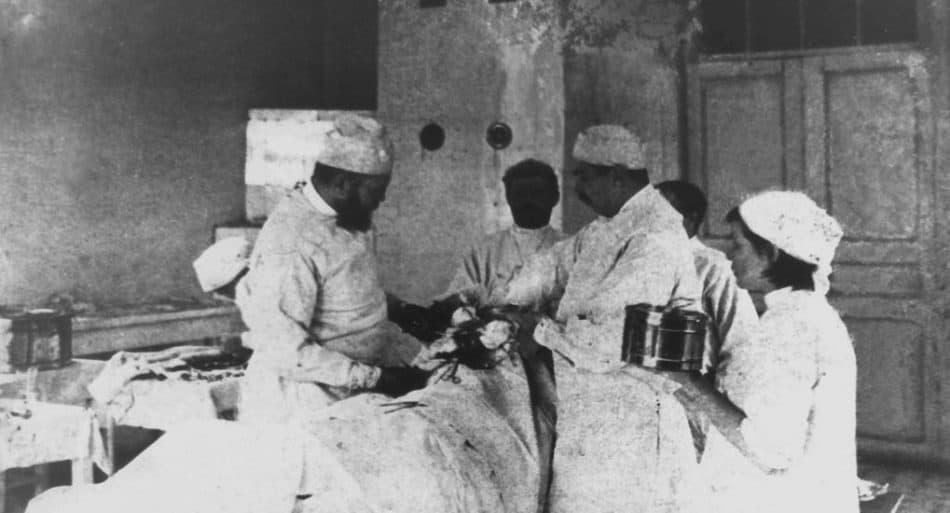 Хирург В. Ф. Войно–Ясенецкий (слева) оперирует. Фото: foma.ru