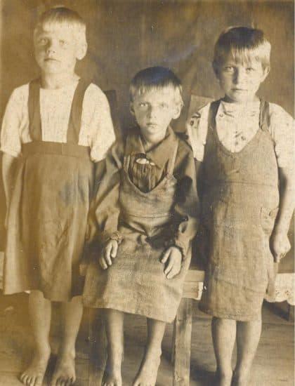 Валя Штурмина, моя двоюродная сестра, я на табурете, потому что не могу стоять, и Люся, моя сестра. Великая Губа, 1945 год