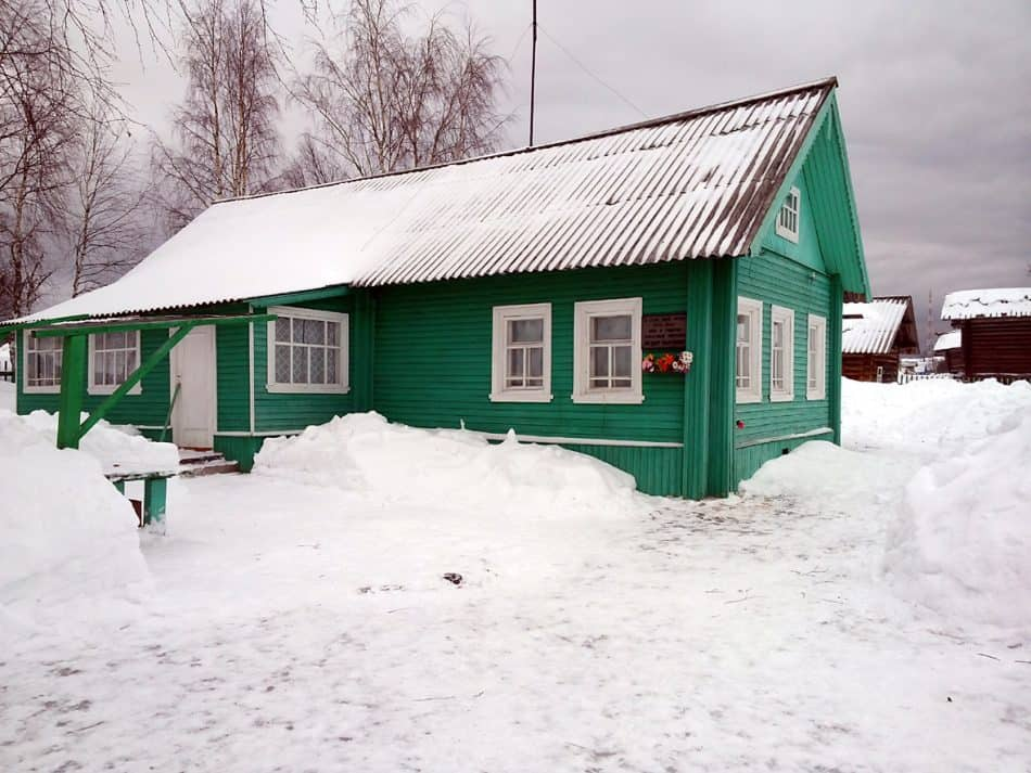 Дом, построенный Абрамовым в родном селе. Местные жители подтрунивали: «Больно хилый у писателя дом. Видно денег не хватило». Сейчас здесь музей писателя
