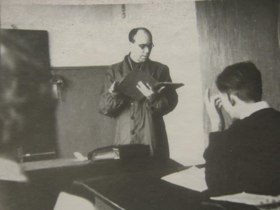 Физик дядя Миша на уроке. Фото из личного архива Бориса Гущина