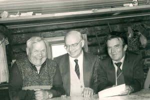 Ортьё Степанов (слева), Пертти Виртаранта (в  центре) и неизвестный 14 августа 1987 года в  родовом доме Ортьё Степанова в Хайколе. Фото: Хельми Виртаранта