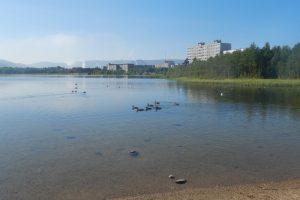 Вид на озеро Комсомольское (г. Мончегорск, Мурманская обл.), вдали виднеется дым от медно-никелевого комбината. Фото: Захар Слуковский