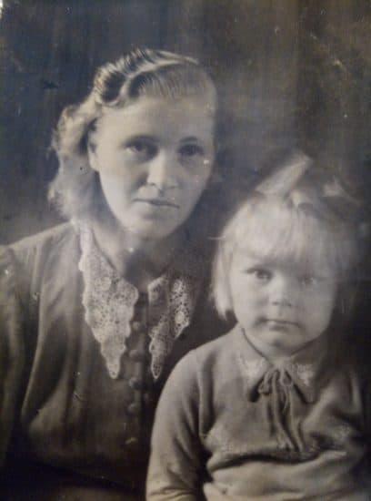 Мы с мамой в июле 1946 года. Фото из личного архива Валентины Михкиевой