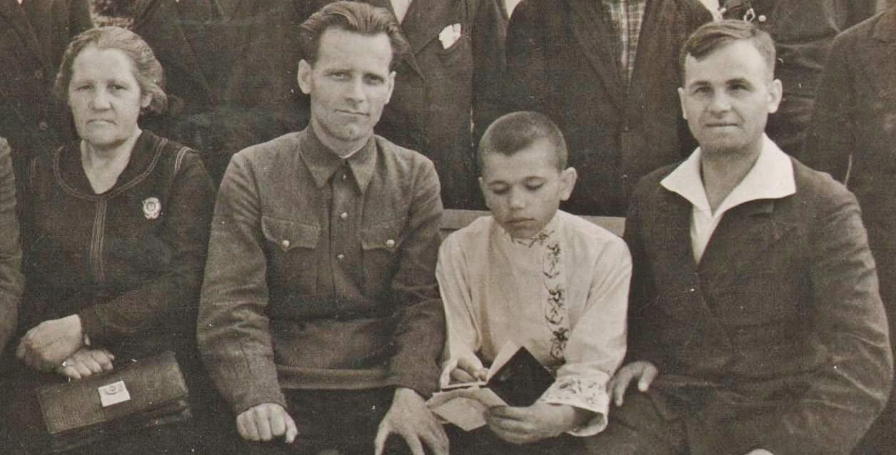 Экскурсанты Всесоюзной сельскохозяйственной выставки из Кировской области у главного павильона, 3 августа 1940 года. Юноша в вышитой рубашке мой отец, Герман Свинцов