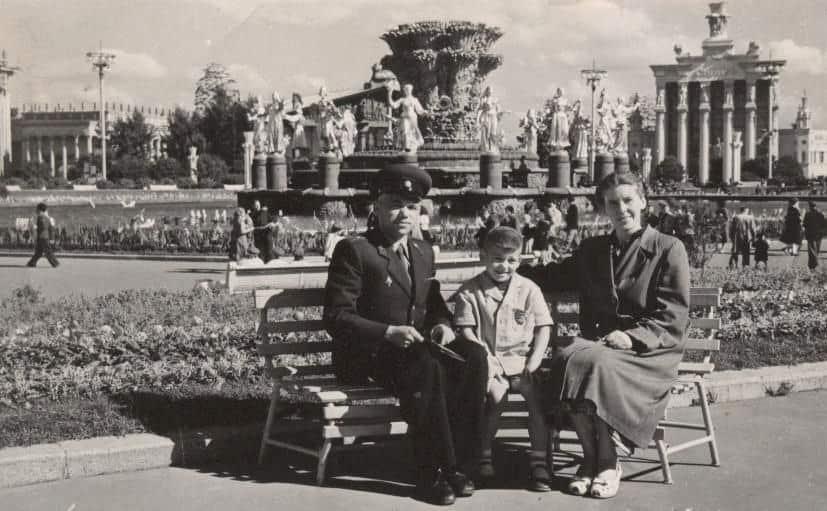 Папа, мама и мой старший брат у главного фонтана ВДНХ, около 1957 года