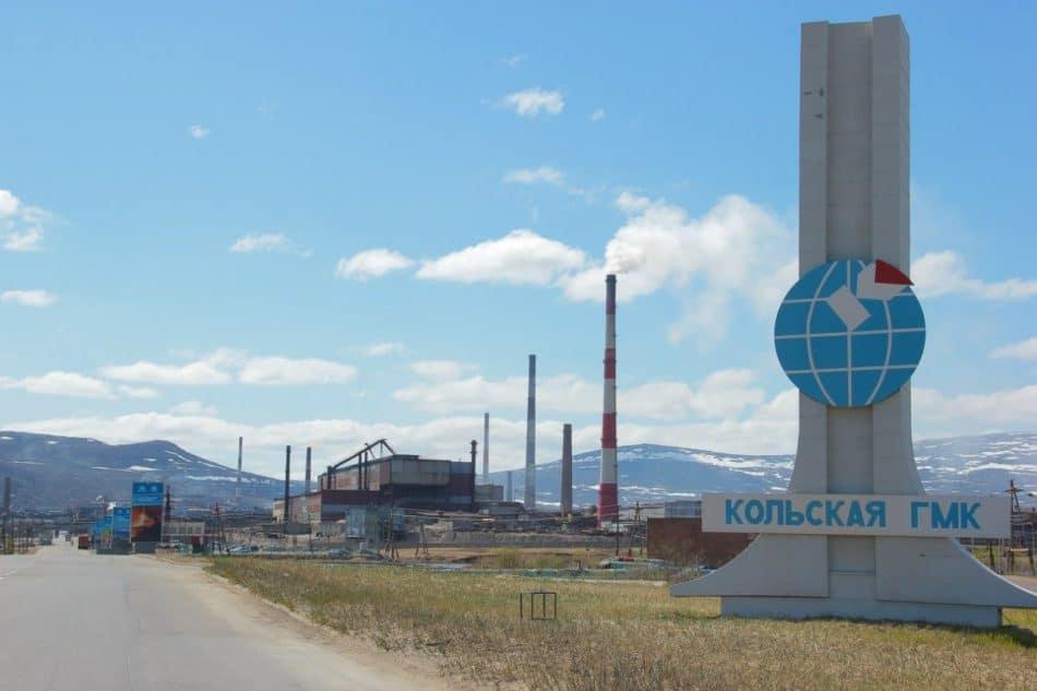 На подъезде к медно-никелевому комбинату АО «Кольская горно-металлургическая компания». Фото: severpost.ru/read/43692