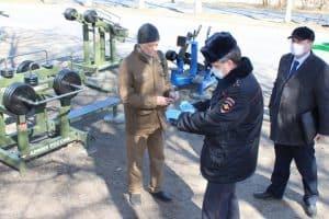 Сергей Хохлов, автор публикации (слева), получает повестку в суд