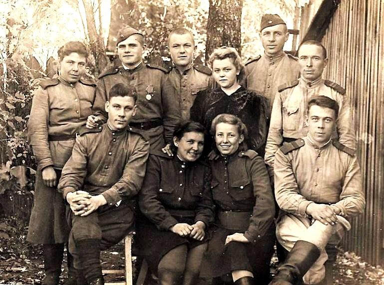Владимир Крылов в первом ряду крайний справа