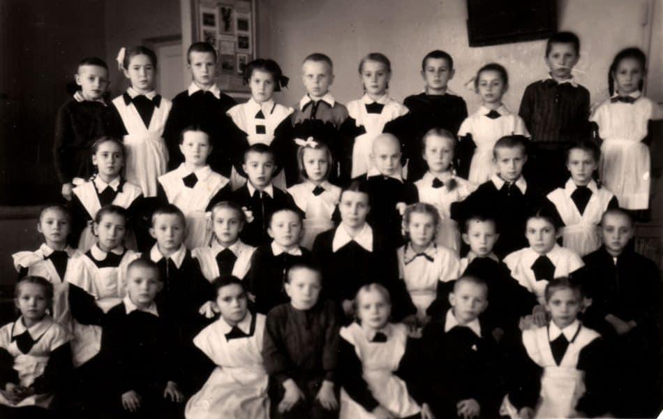 1А класс 8-й средней школы Петрозаводска. Марк Полыковский крайний справа во втором ряду. Классная руководительница Клавдия Сергеевна Кувшинова