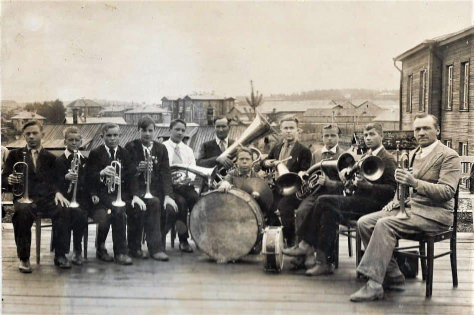 Студенческий духовой оркестр Петрозаводского педучилища под управлением Карла Раутио (справа). Владимир Крылов - крайний слева. 1939 год