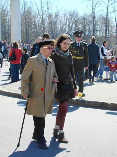 В.П. Крылов с внучкой 9 мая 2011 года в Петрозаводске.. Фото Юлии Свинцовой