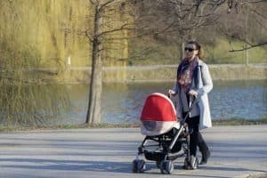 На первом этапеснятия ограничений разрешат  прогулки с детьми. Фото: topspb.tv