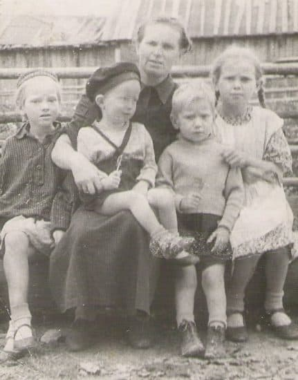 Мама и дети (слева направо): Эльвира, я, Толя, Элла
