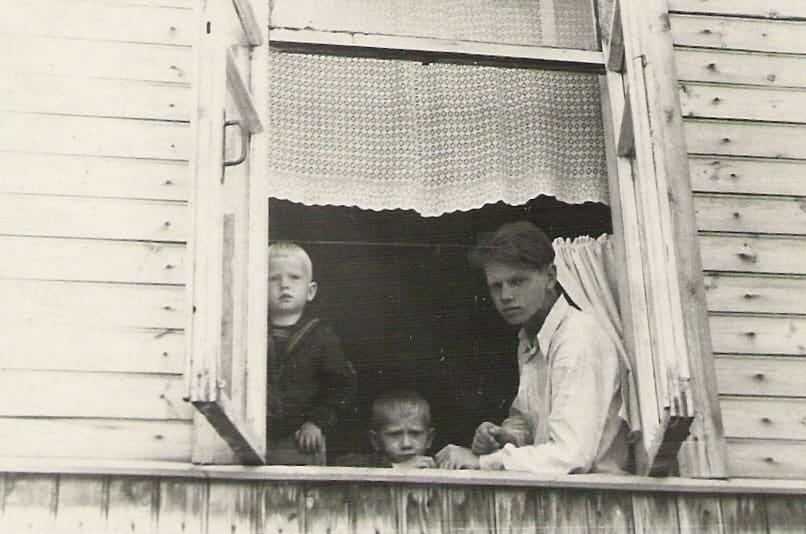 Первое лето в новом доме. С братьями Фридрихом и Толей