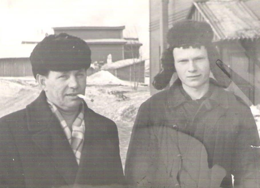 Со старпомом буксира «А. Лисицина» Володей Хохряковым во дворе моего дома в 1966 году. Соседнее здание – магазин № 15