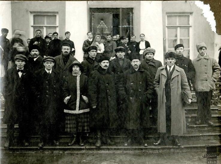 Александр Шотман среди сотрудников ЦИК АКССР. 1924 год. Стоит второй справа в первом ряду