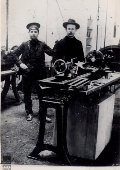 Александр Шотман (справа) у токарного станка на заводе в Одессе в 1905 году