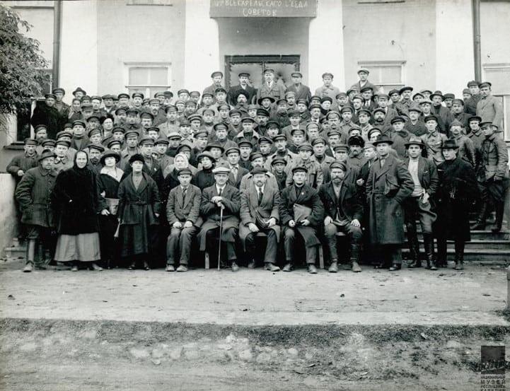 Эдвард Гюллинг (сидит второй слева в первом ряду), Александр Шотман (сидит третий слева в первом ряду) среди делегатов IV Всекарельского съезда Советов