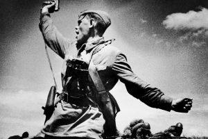 """Немцы, как говорится в документах, очень боялись штыковых атак и после криков """"ура"""" бросались в бегство. Автор фото """"Комбат"""" - Макс Альперт. Источник: ТАСС"""