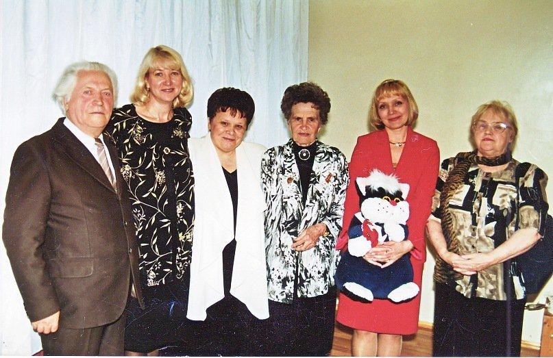 НА снимке слева направо директора Дворца творчества (Дворца пионеров) в разные годы: В.А.Георгиевский, И.В. Маслова, Г.А Разбивная, Т. Д. Ригина, О.А. Веснина, Г.А. Колмык