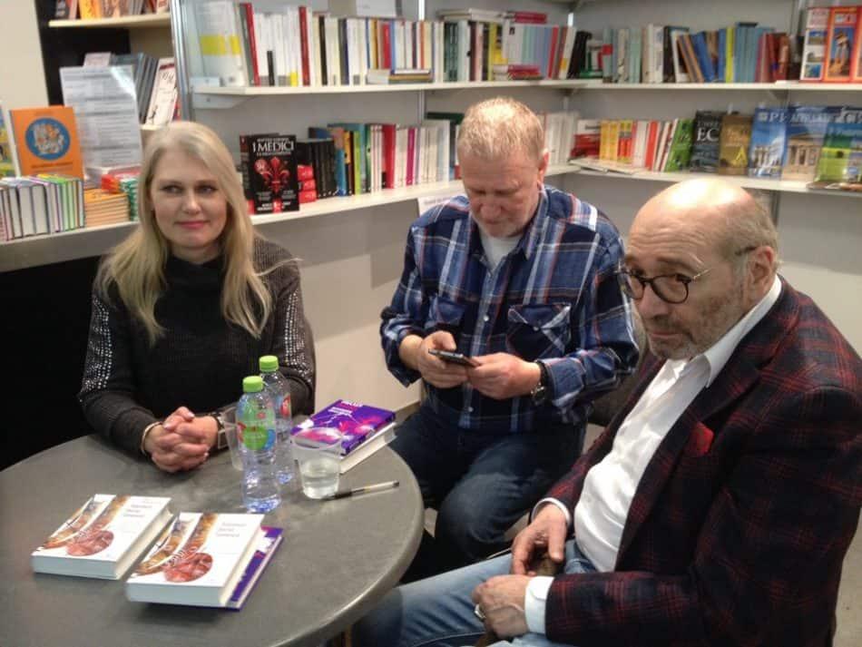 На снимке: Александр Кабаков (справа) и Яна Жемойтелите во время московской книжной ярмарки Non fiction в декабре 2018 года