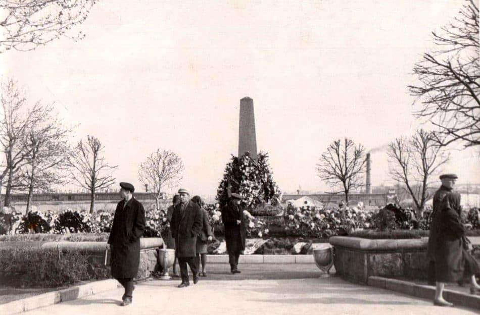 Братская могила на пл. Ленина до 1969 года