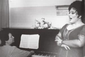 Лия Могилевская (слева) репетирует Арию Тоски с Маквалой Касрашвили. Фото: www.classicalmusicnews.ru