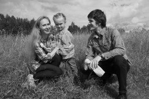 Елена Магницкая и Денис Козлов с дочерью с Машезере. Фото Ирины Ларионовой