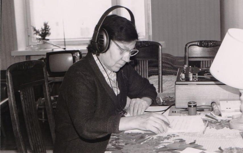 Алексанлра Степанова за расшифровкой материалов экспедиций. Начало 1990-х