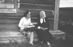 Александра Степанова (слева) записывает  фольклорный материал от Марии Васильевны Маликиной в  деревне Войница Калевальского района. 1967 год