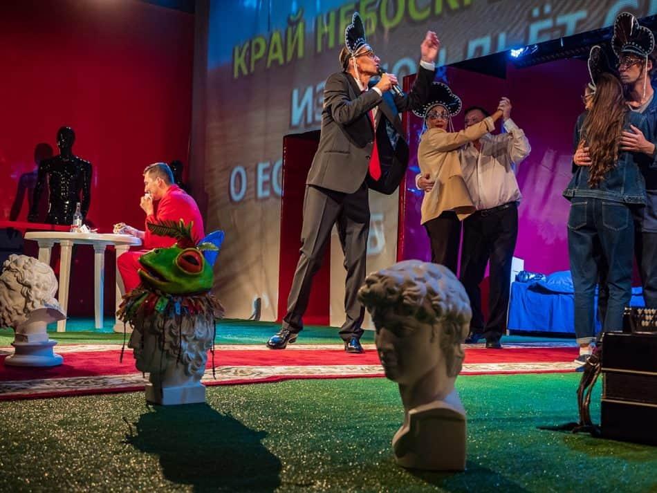 """Сцена из спектакля """"ПетерБУРГ"""". Фото: Игорь Подгорный"""
