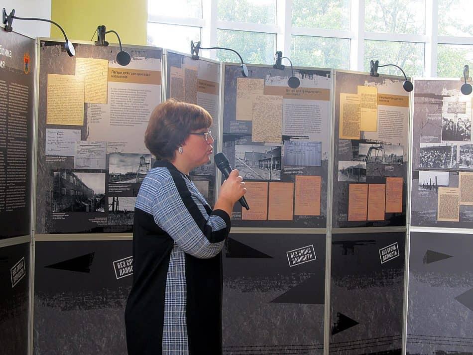 начальник отдела использования и публикации архивных документов Национального архива Республики Карелия Елена Усачева знакомит участников семинара с документами , представленными на выставке