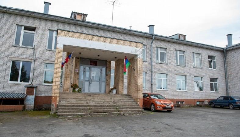 Средняя школа в селе Деревянное. Фото: ptzgovorit.ru