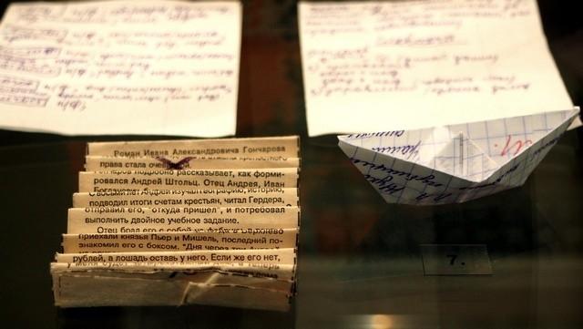 А эти шпаргалки принесли на выставку сотрудники музея