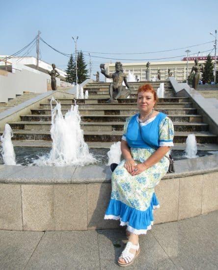 "Автор публикации Лидия Винокурова у фонтана ""Реки Сибири"""