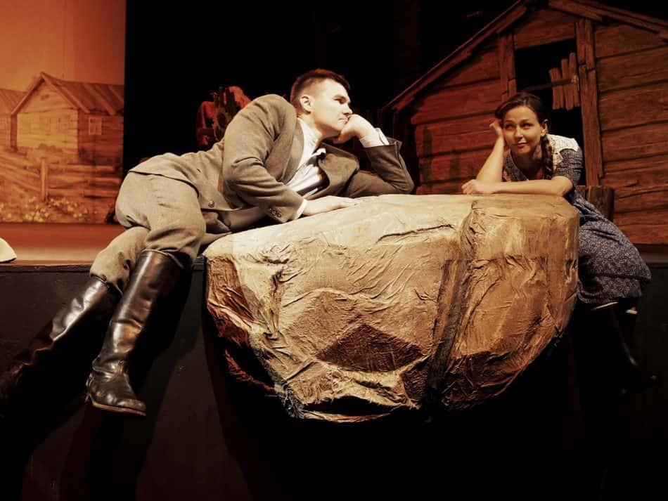 """Сцена из спектакля """"Русское поле"""" Национального театра Карелии. Фото Ирины Ларионовой"""